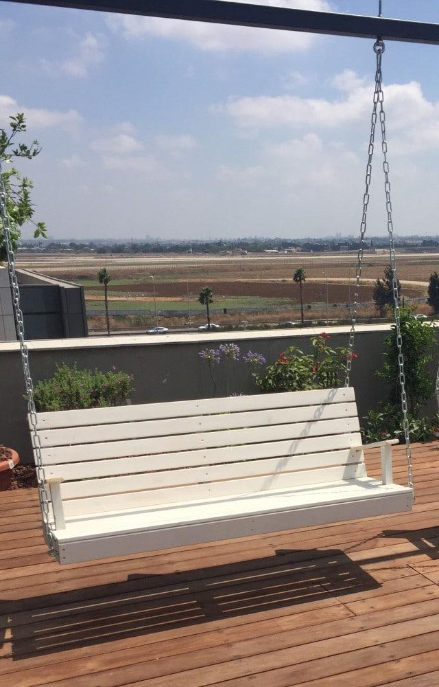 אדניות יפו - נדנדת עץ למרפסת