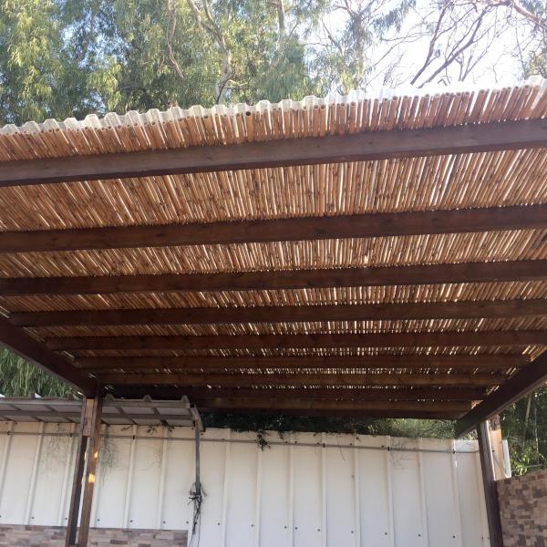 פרגולה מעץ גושני עם הצללה באמצעות במבוק עם סנטף נגד גשם